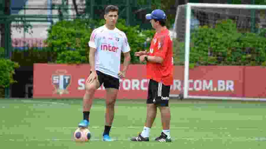 Vitor Bueno e Fernando Diniz conversam durante treino do São Paulo no CT da Barra Funda - Érico Leonan / saopaulofc.net