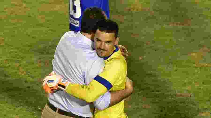 Felipe Alves, goleiro do Fortaleza, comemora com Rogério Ceni durante partida contra o Sport pela Copa do Nordeste - Walmir Cirne/AGIF