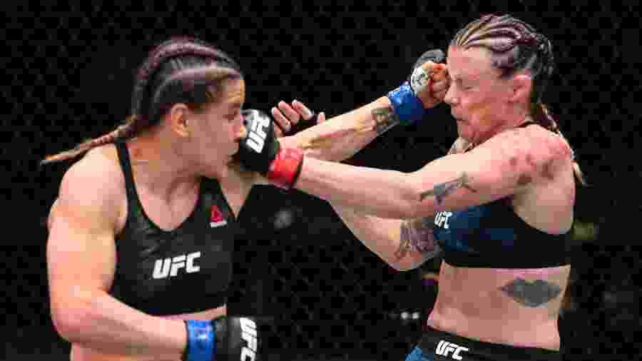 Jennifer Maia (esq) acerta Joanne Calderwood (dir) durante luta no UFC em Las Vegas  - Chris Unger/Zuffa LLC via Getty Images