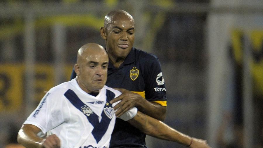 Luiz Alberto, do Boca Juniors, marca Santiago Silva, do Velez Sarsfield, em jogo de 2010 - Santiago Rios/LatinContent via Getty Images