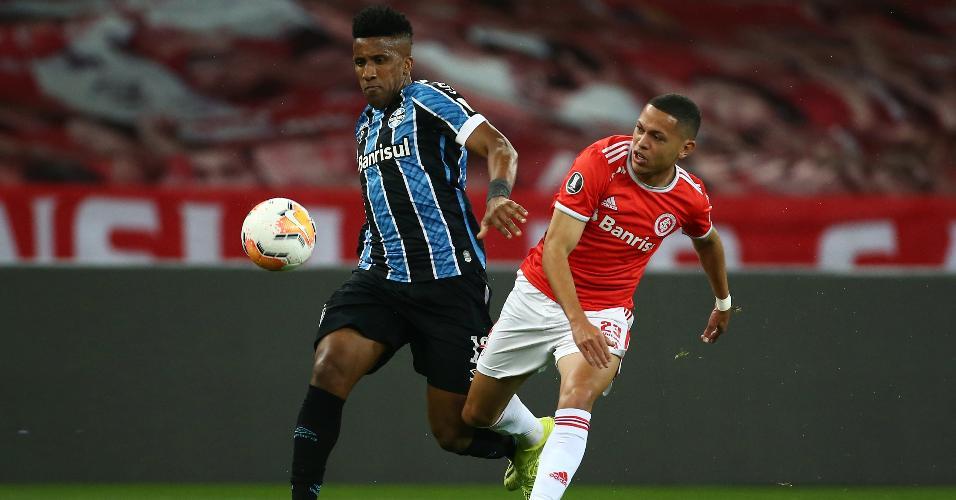 Bruno Cortez e Marcos Guilherme disputam a bola durante Gre-Nal pela Libertadores