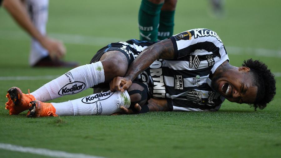 Marinho, do Santos, no chão após sentir pancada - Mauro Pimentel/Getty Images