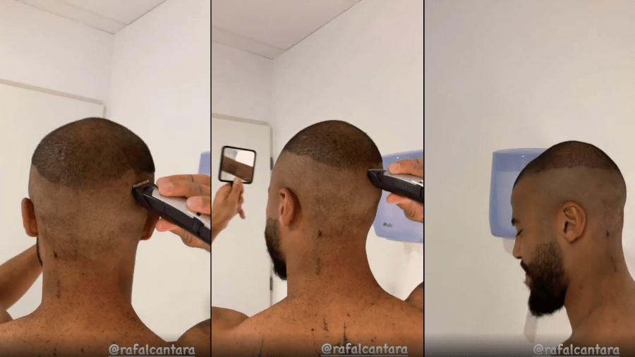 Rafinha Alcântara tenta cortar o próprio cabelo no vestiário e é flagrado por Neymar, que o zoa - Reprodução/Instagram/@neymarjr