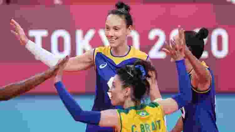 Roberta, levantadora da seleção brasileira feminina, celebra ponto contra a Sérvia, nos Jogos Olímpicos de Tóquio - Wander Roberto/COB - Wander Roberto/COB