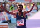 Etíope vence 1ª grande maratona da pandemia e perde título por tênis ilegal