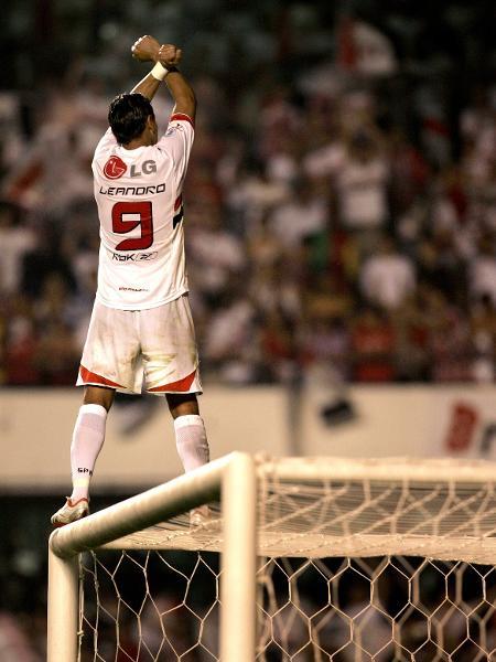 Atacante Leandro comemora título brasileiro de 2006 pelo São Paulo - AFP PHOTO/Mauricio LIMA
