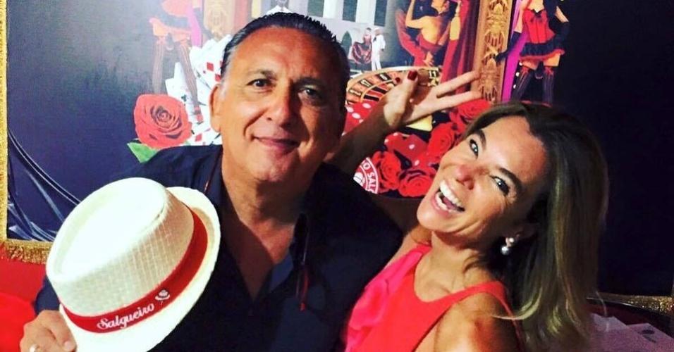 Galvão Bueno posa com a mulher, Desirée Soares, em ensaio do Salgueiro para o Carnaval 2016