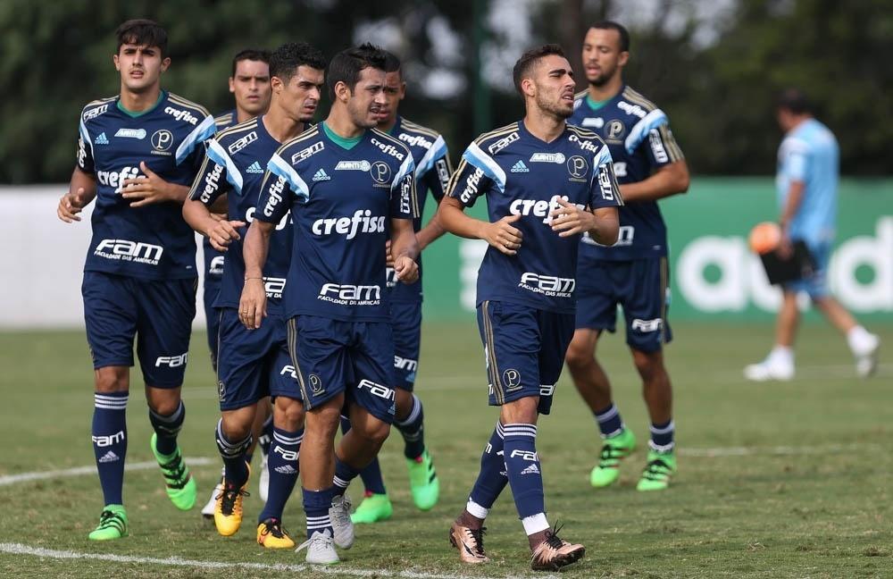Volante Gabriel começou o treino coletivo entre os titulares do time do Palmeiras