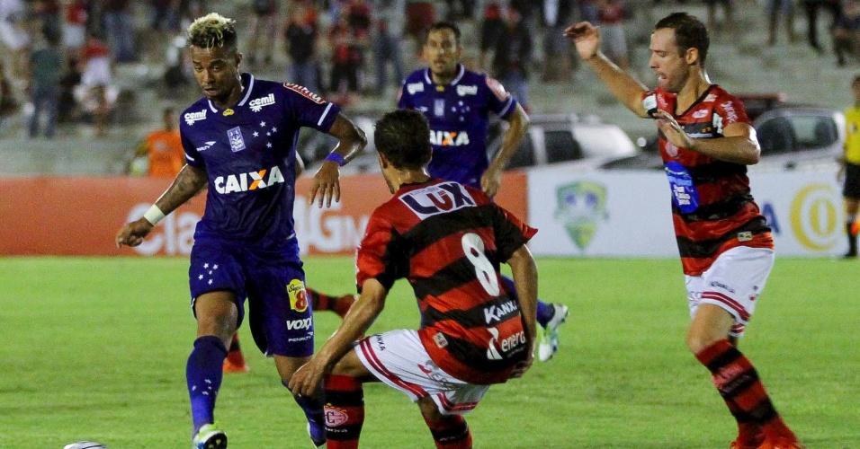 Rafael Silva tenta o passe durante a partida entre Campinense e Cruzeiro pela Copa do Brasil