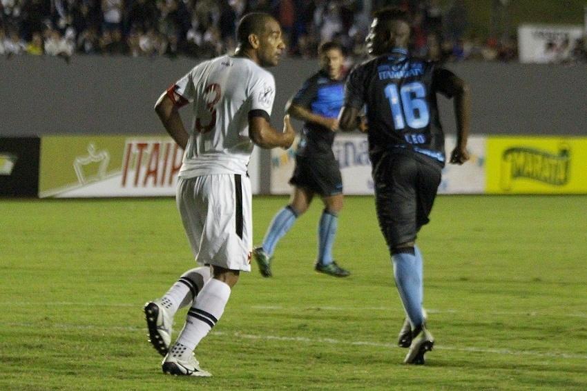 Rodrigo (Vasco) e Léo Pelé (Londrina) na partida Londrina x Vasco pela Série B