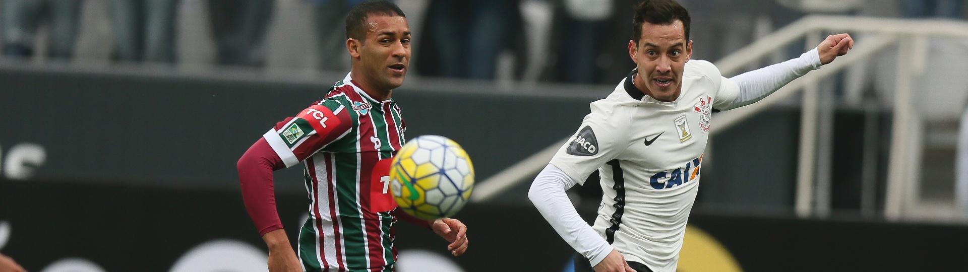 Pierre e Rodriguinho em ação na partida entre Corinthians e Fluminense