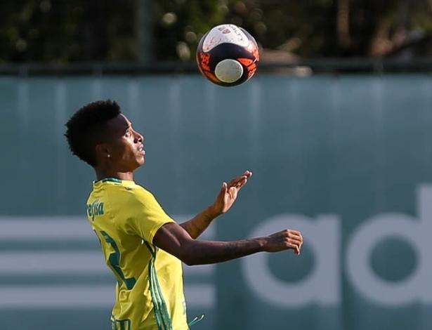 Tchê Tchê já treina com bola e pode antecipar em até três semanas o retorno aos gramados
