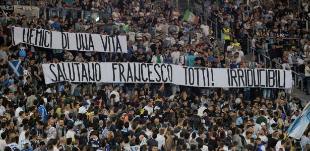 Faixa da torcida da Lazio em homenagem a Francesco Totti, ídolo da rival Roma