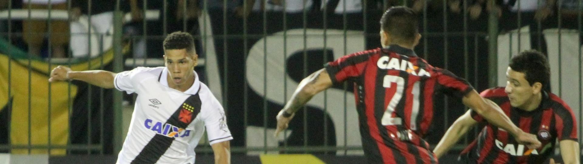 Paulinho disputa bola em Vasco x Atlético-PR pelo Campeonato Brasileiro