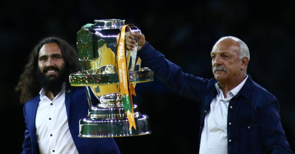 Ídolos de Cruzeiro e Flamengo, Sorín e Júnior exibem a taça da Copa do Brasil