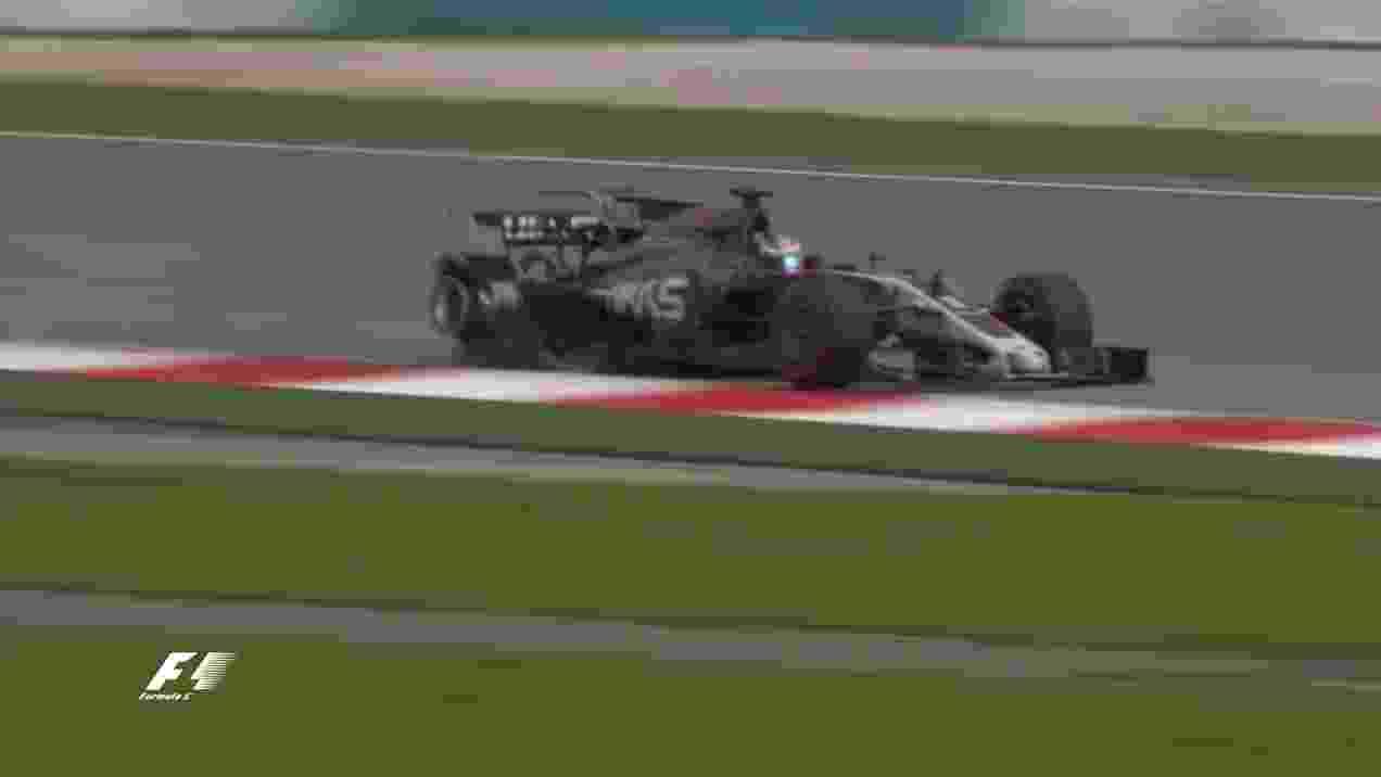 Romain Grosjean sofre acidente após tampa de bueiro furar seu pneu - Reprodução/Twitter/F1