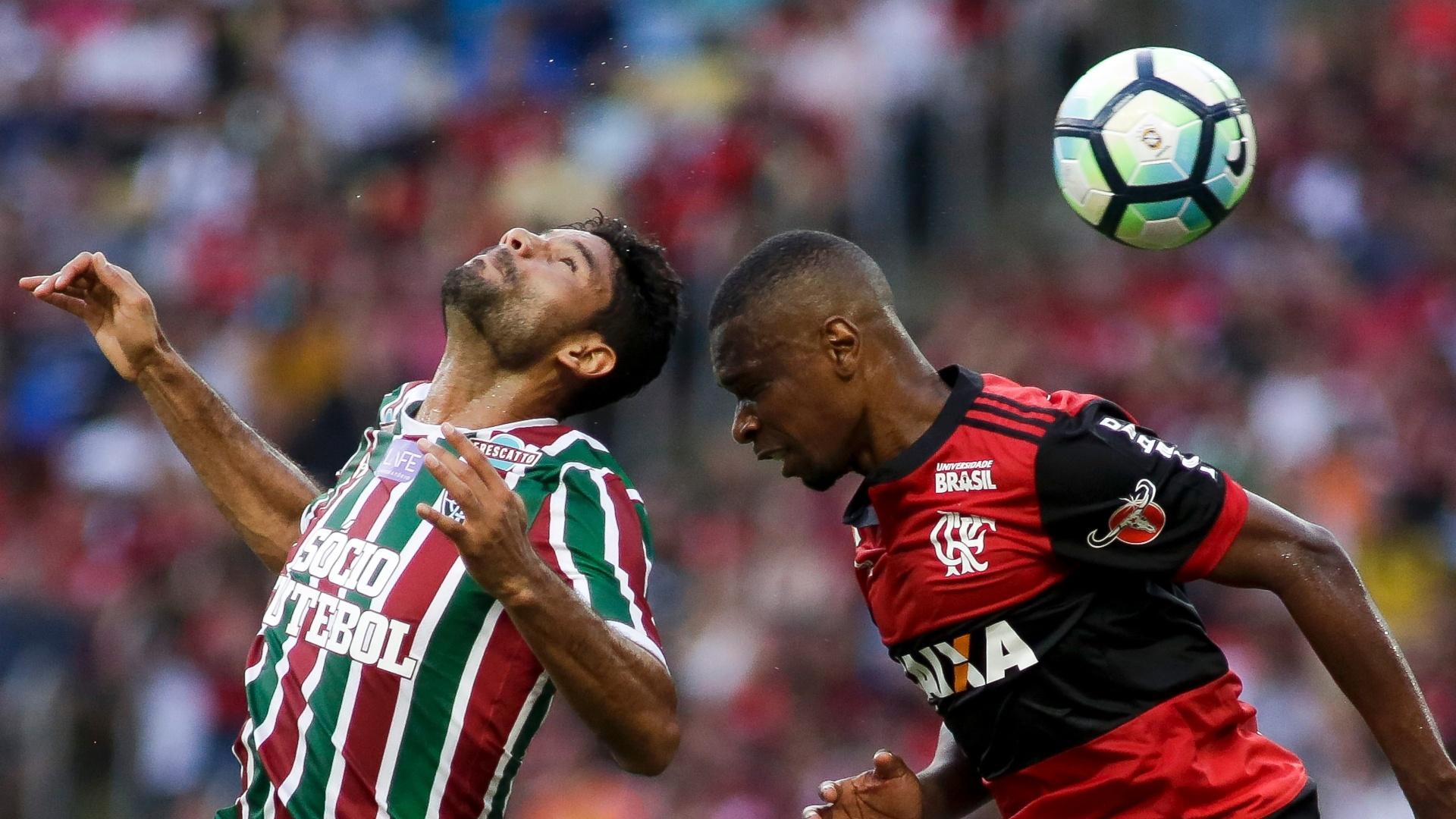 Gum e Juan tentam o cabeceio no clássico entre Flamengo e Fluminense