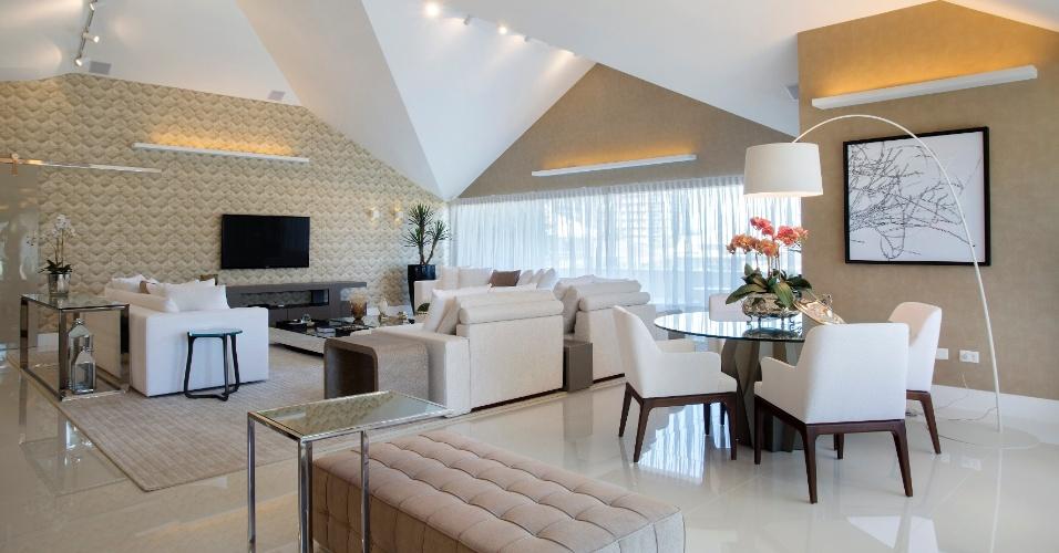A sala de estar do sótão, que fica no terceiro andar da casa, tem o mesmo estilo da sala principal com conceito contemporâneo e tons claros