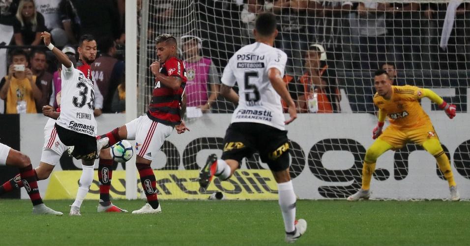 Lance do gol de Pedrinho: eram três flamenguistas tentando o bloqueio, mas bola morreu na rede