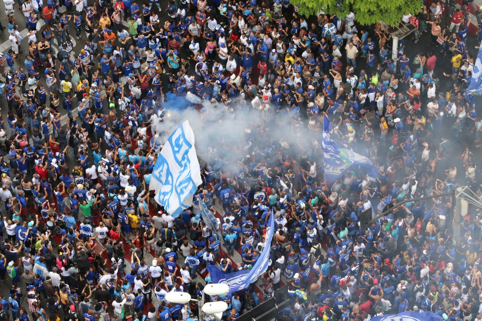 Cruzeiro desfila em carro aberto com festa da torcida e provocações a Kalil  - Esporte - BOL e6e8399edc8bf