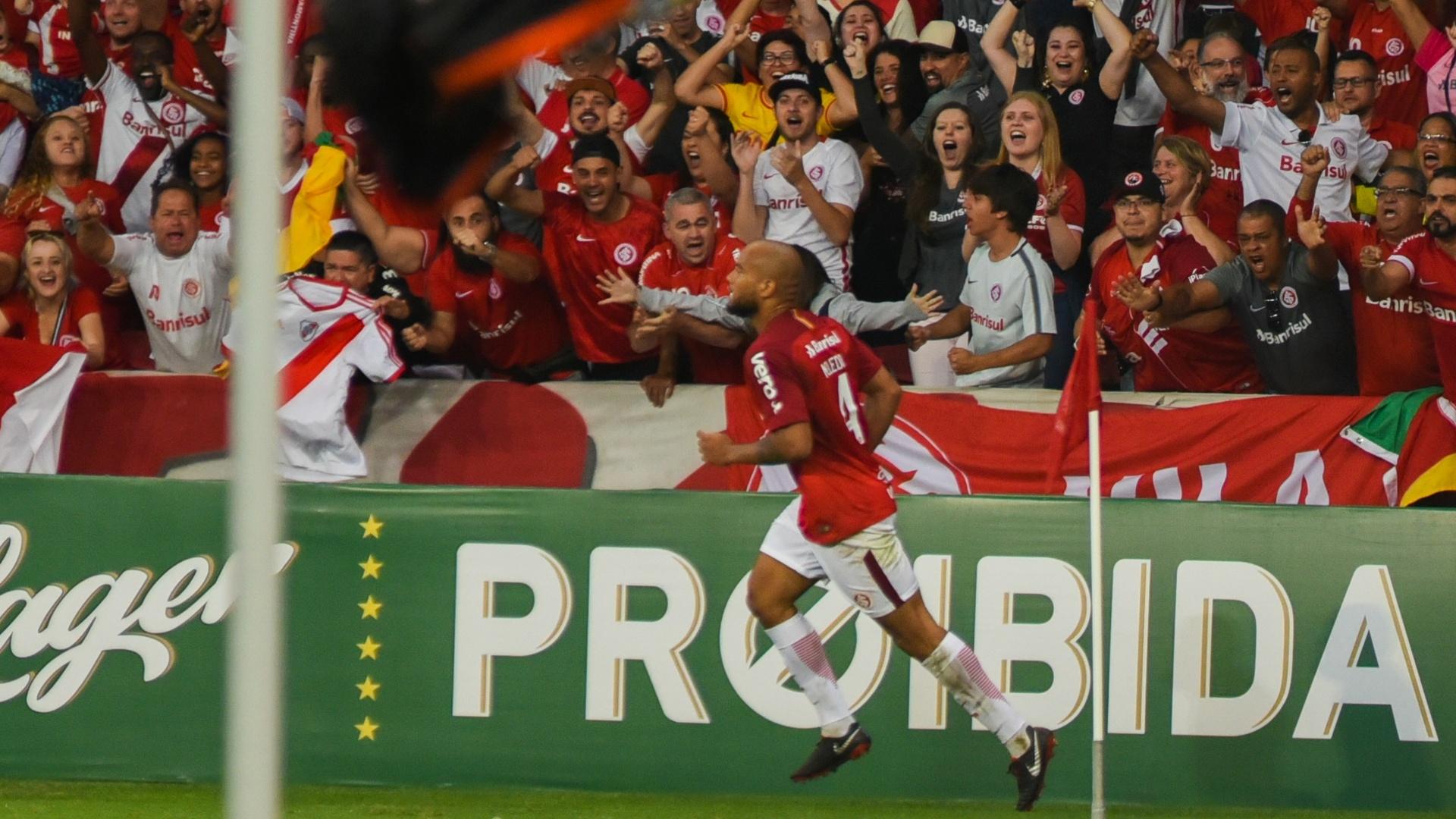 Rodrigo Moledo comemora após marcar pelo Internacional contra o Atlético-PR