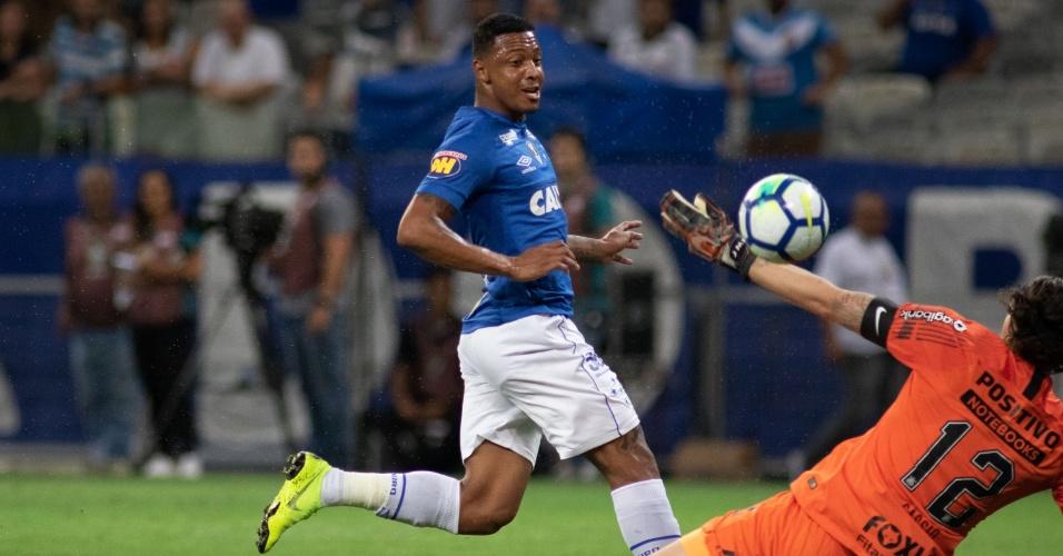 7acb7969ed13e David chuta durante jogo entre Cruzeiro e Corinthians