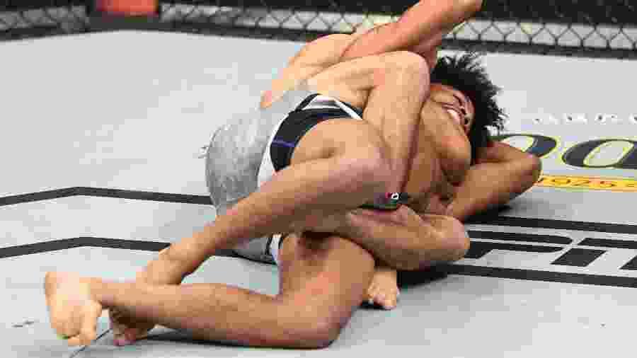 Kron Gracie finalizou Alex Caceres no UFC Phoenix - Divulgação/Twitter UFC