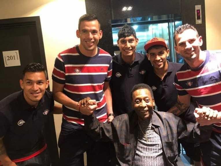 Jogadores do Jorge Wilstermann-BOL encontraram o Rei Pelé em hotel de Curitiba