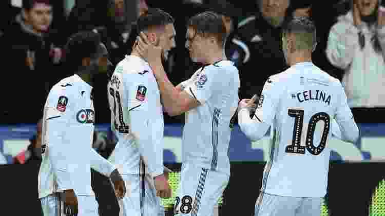 Jogadores do Swansea comemoram primeiro gol marcado pela equipe contra o City  - Oli Scarff/AFP - Oli Scarff/AFP