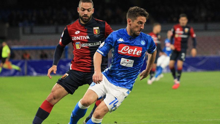 Dries Mertens em ação na partida entre Napoli e Genoa. Jogador negocia renovação - CARLO HERMANN/AFP