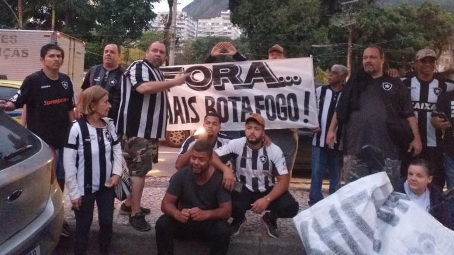 Torcedores do Botafogo protestaram em frente a General Severiano, sede do clube - Reprodução / Twitter