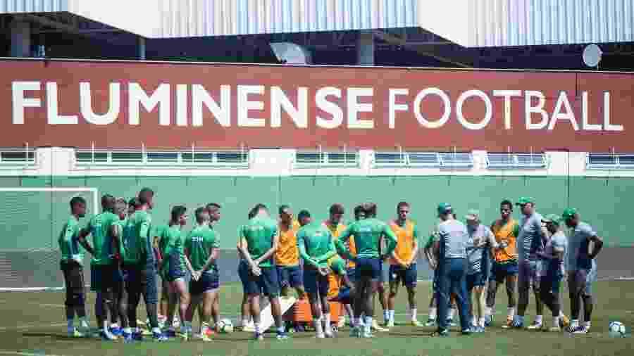 Oswaldo de Oliveira conversa com parte do elenco do Fluminense durante atividade no CT - DANIEL PERPETUO / FLUMINENSE F.C.