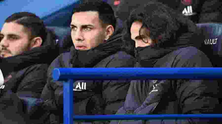 Cavani assiste do banco a partida do PSG contra o Nantes pelo Campeonato Francês - FRANCK FIFE/AFP