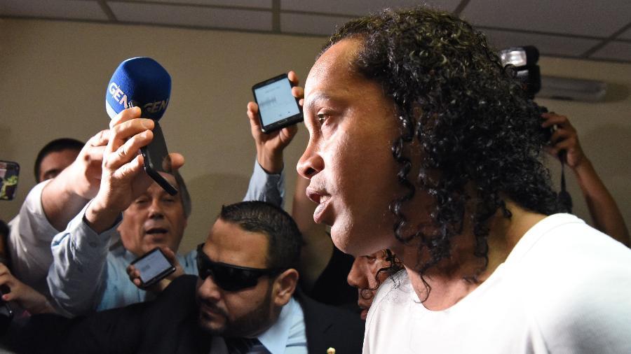 Ronaldinho Gaúcho deu entrevista no hotel que serve como prisão domiciliar - Norberto Duarte/AFP
