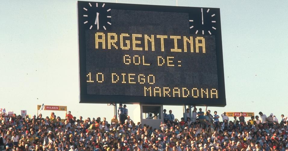Visão do placar que informa o gol de Diego Maradona durante um jogo em janeiro de 1981