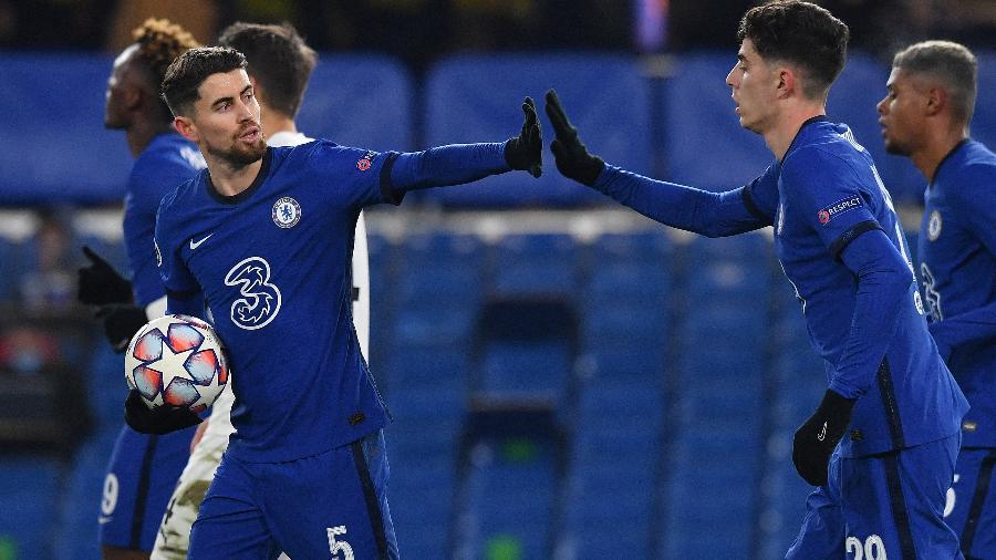 Jorginho e Havertz comemoram o gol de empate do Chelsea - BEN STANSALL/AFP