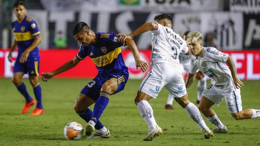 Jogadores de Santos e Boca Juniors disputam bola durante semifinal da Libertadores 2020 - Sebastiao Moreira/AFP