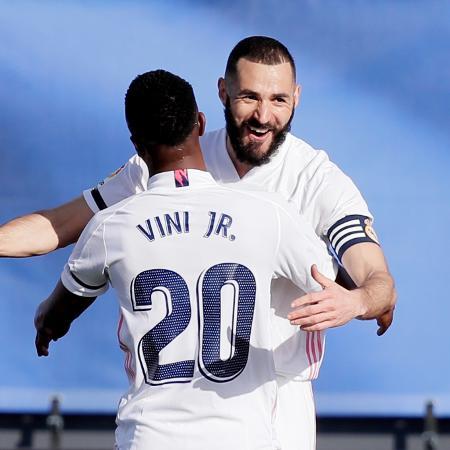 Benzema e Vinicius Júnior se abraçam em comemoração ao gol do Real Madrid sobre o Valencia -  David S. Bustamante/Soccrates/Getty Images
