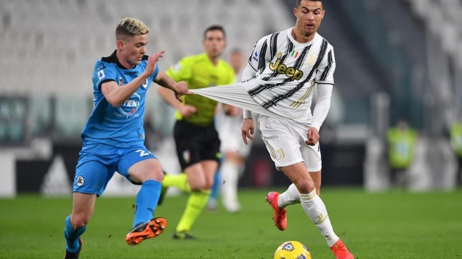 Cristiano Ronaldo em ação pela Juventus contra o Spezia pelo Campeonato Italiano - Valerio Pennicino/Getty Images