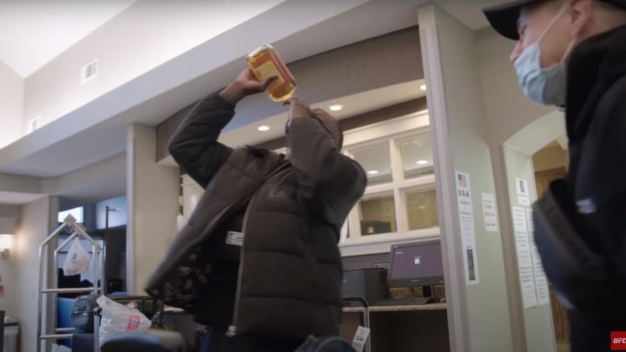 """Adesanya provoca """"Borrachinha"""" com garrafa de uísque após confronto de setembro do ano passado - Reprodução/YouTube"""