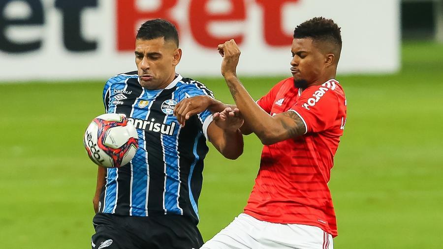 Diego Souza e Lucas Ribeiro disputam lance durante clássico entre Grêmio e Internacional no Gauchão 2021 - Pedro H. Tesch/AGIF