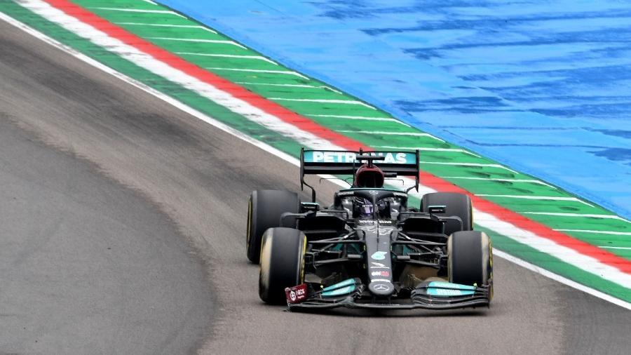 Lewis Hamilton em ação durante o GP de Emilia Romagna, na Itáilia - REUTERS/Jennifer Lorenzini