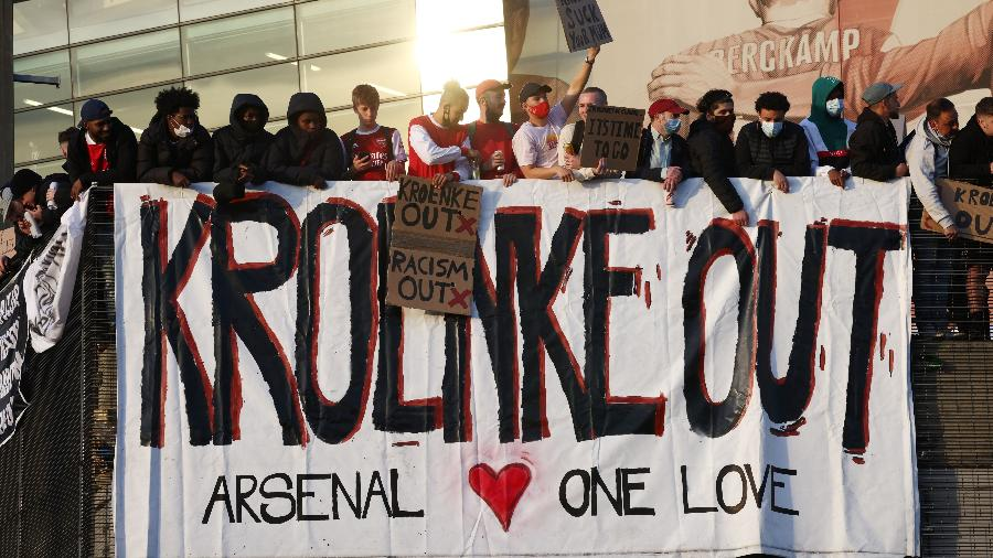 Torcedores do Arsenal protestaram no Emirates Stadium - HENRY NICHOLLS/REUTERS