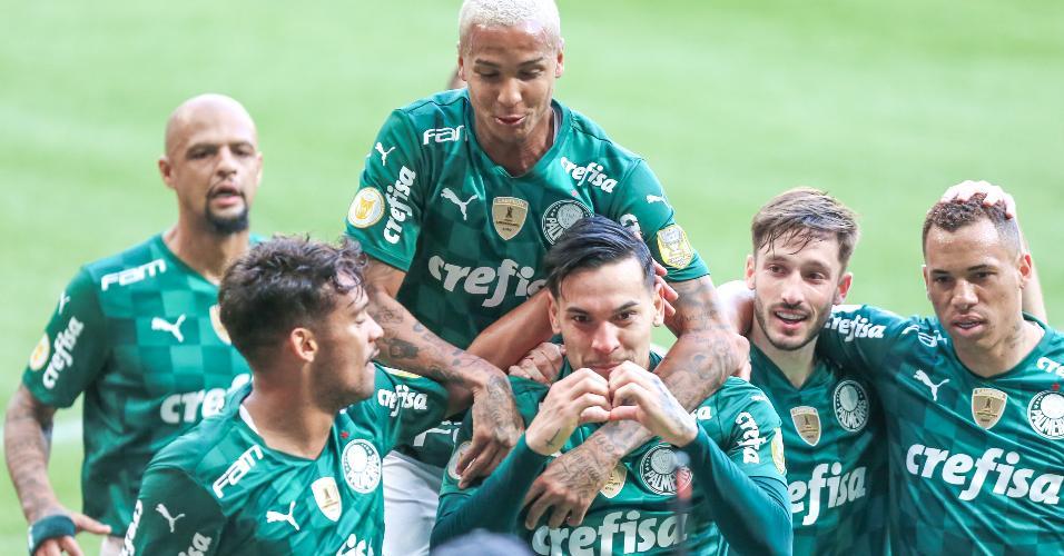 Jogadores do Palmeiras comemoram o gol do zagueiro Gustavo Gómez contra o Santos, no Allianz Parque, pelo Brasileirão