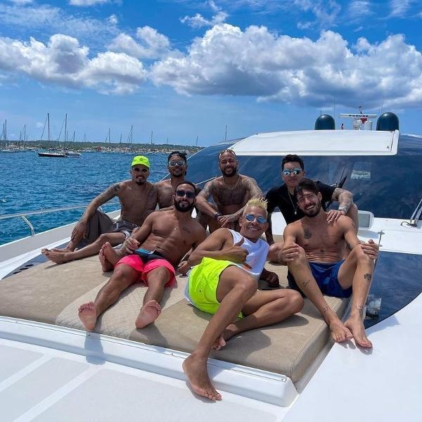 """Neymar curte passeio de iate em Ibiza com os """"parças"""""""