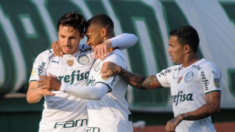 Jogadores do Palmeiras comemoram gol de Raphael Veiga na vitória sobre a Chapecoense - TARLA WOLSKI/FUTURA PRESS/FUTURA PRESS/ESTADÃO CONTEÚDO