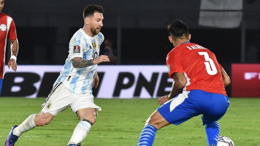 Messi tenta se livrar de marcação do Paraguai em jogo das Eliminatórias da Copa 2022 - NORBERTO DUARTE / AFP