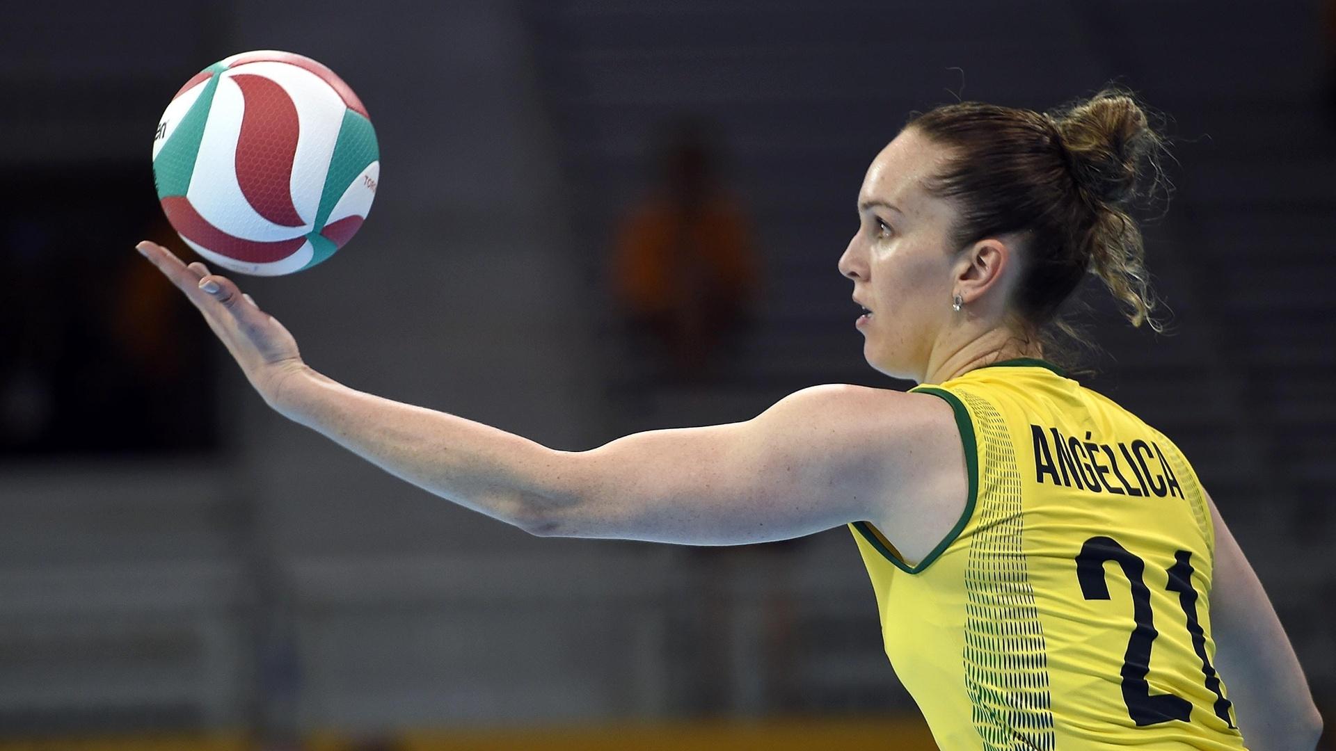 Angélica se prepara para o saque na partida contra Porto Rico