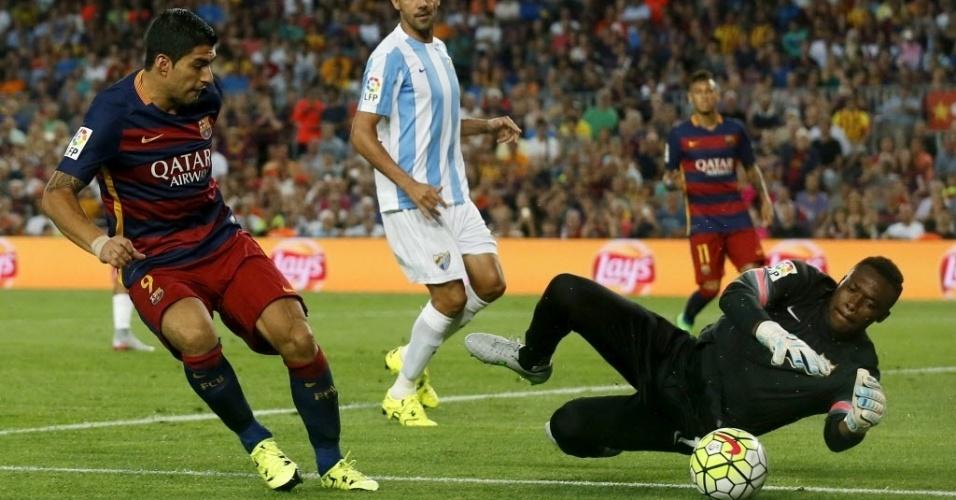 Luis Suárez tenta o arremate na partida contra o Màlaga, em Barcelona