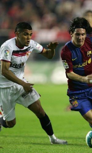 Antes da parceria bem-sucedida com Messi no Barcelona, Daniel Alves teve trabalho com o craque argentino
